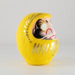 Дарума желтая, 11 см, вид сбоку